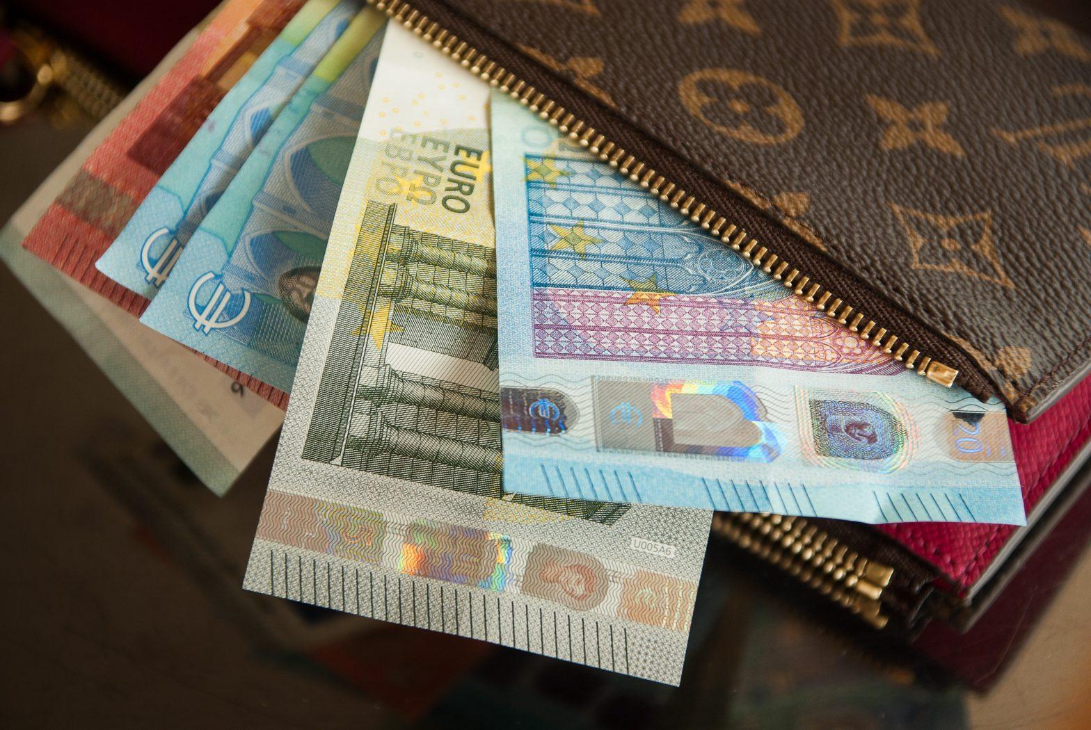Comment encaisser un chèque ou du cash dans une banque en ligne